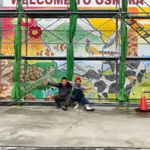 壁画の完成を喜ぶ二人